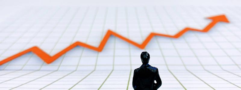 グラフを見つめるビジネスマン