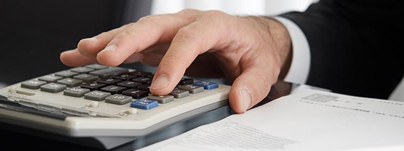 費用を計算する男性